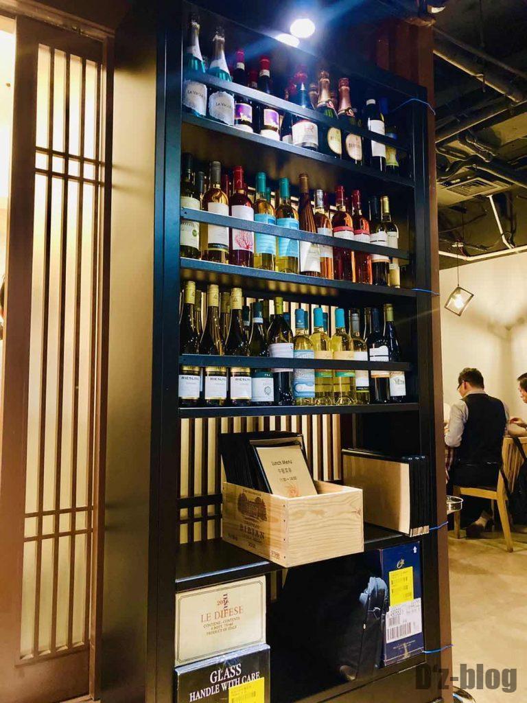 上海ソラーレ2号店白ワインボトル棚