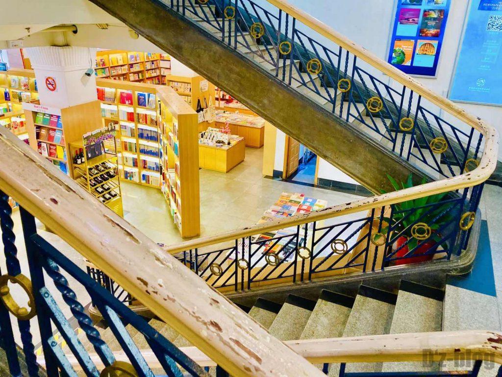 上海外文書店店内階段から見るフロア