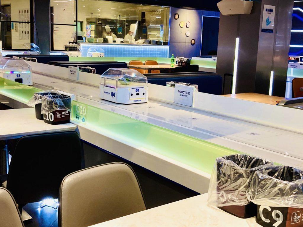 上海ロボットレストランロボット配膳様子