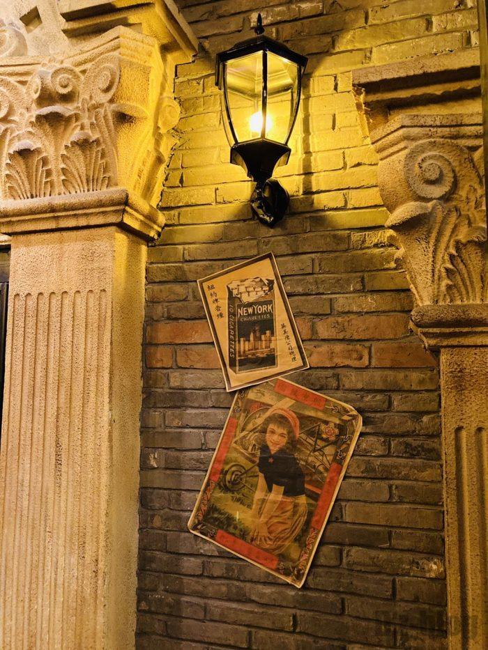 上海1192風情街ランプとタバコポスター