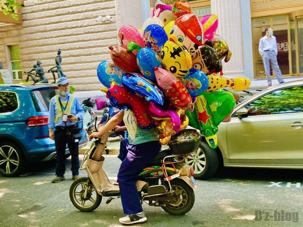 上海安福路風船売りの男性