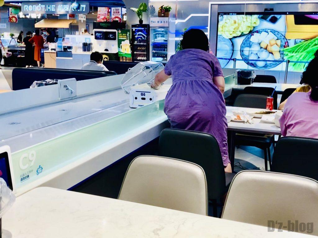 上海ロボットレストラン配膳受取客