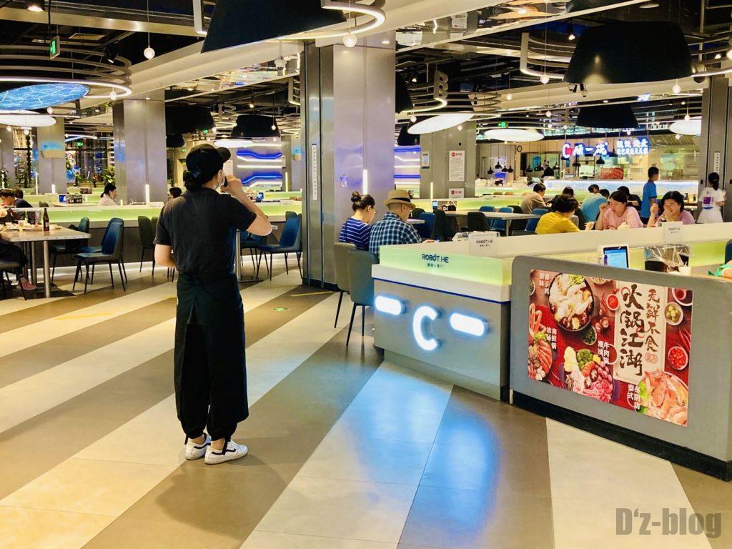 上海ロボットレストラン店員