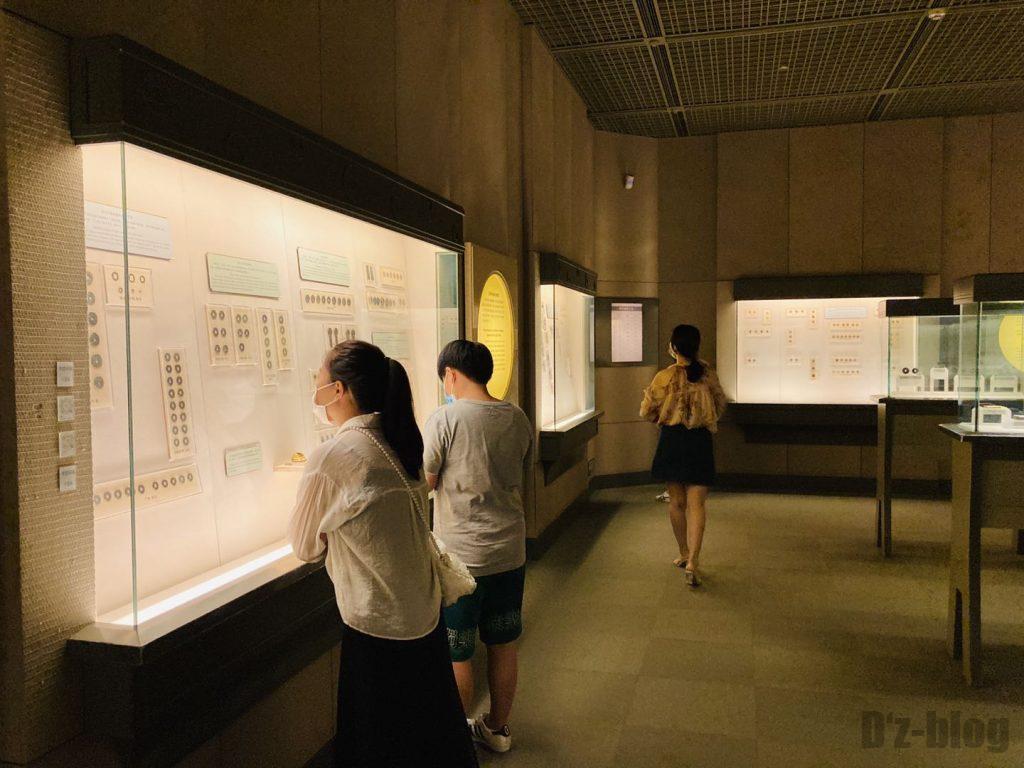 上海博物館貨幣を見るお客