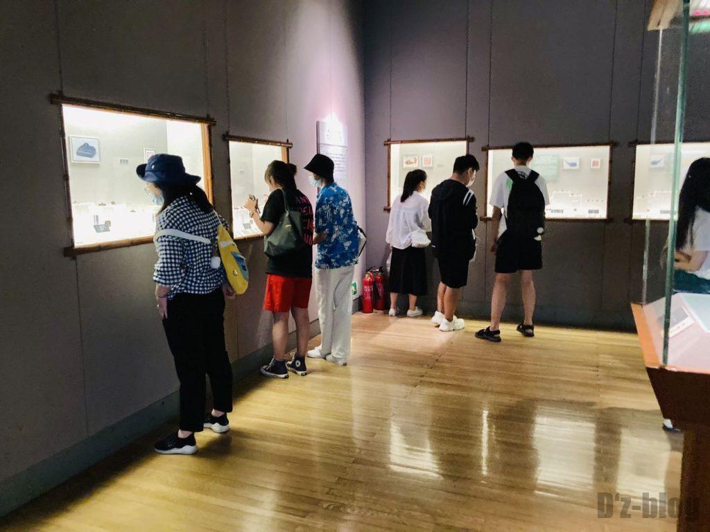 上海博物館ハンコ展示を見るお客