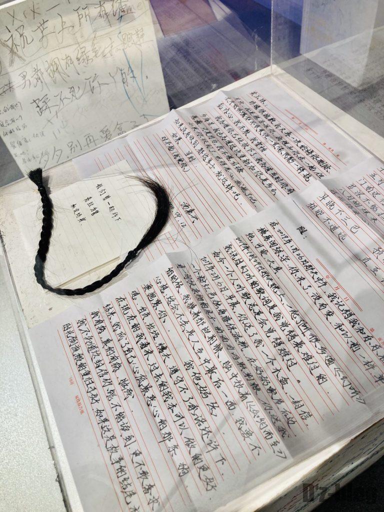 上海失恋博物館女性の髪とメッセージ