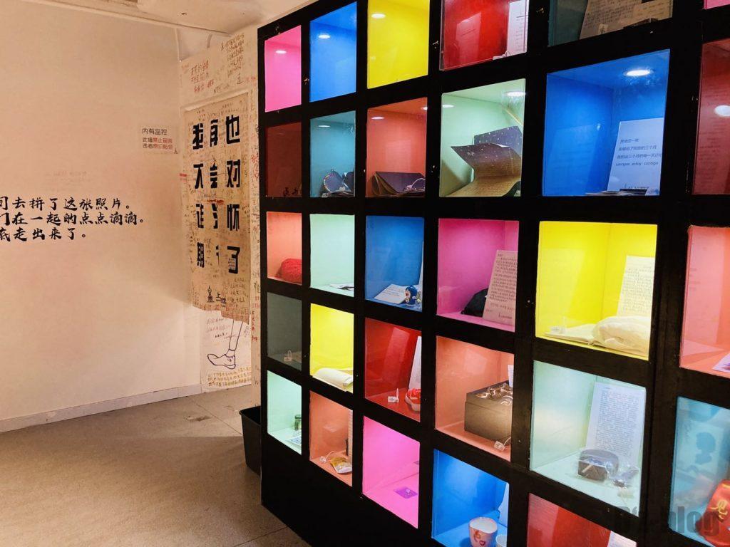 上海失恋博物館思い出の品棚と次の入り口