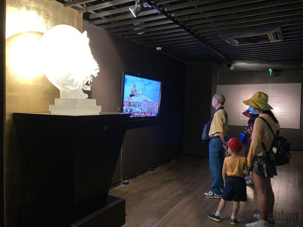 上海琉璃芸術博物館仏像作品と制作映像を見るお客