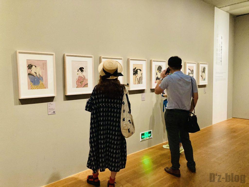 上海浮世絵絵を見る来客