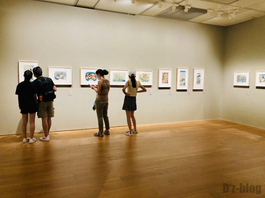 上海浮世絵を見る若者