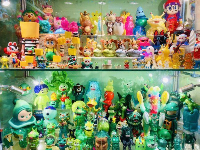 上海大満商店 ガラスケース内のフィギア