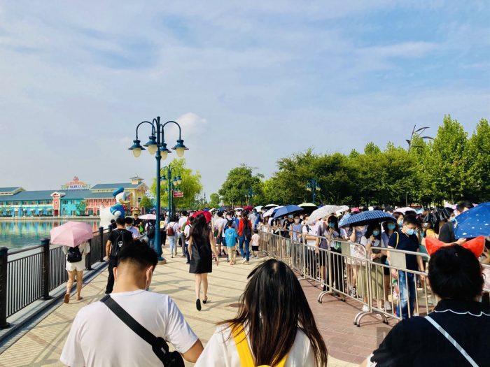 上海ディズニー 荷物検査に向かう