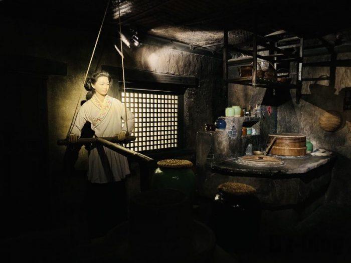 上海城市歴史発展陳列館 台所作業する女
