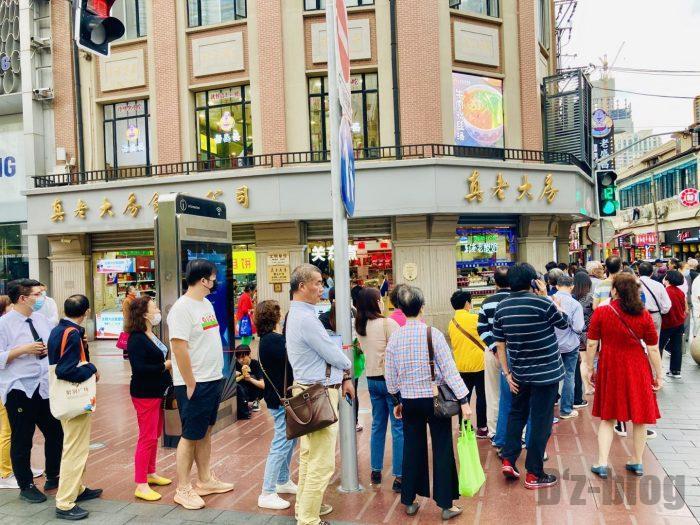 上海南京路歩行街 一店舗目月餅店行列