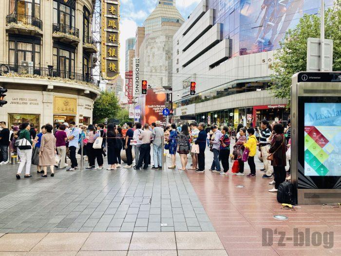 上海南京路歩行街 月餅店一店舗目行列続き