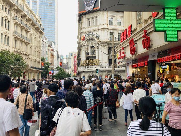 上海南京路歩行街 二店舗三店舗目行列最後尾