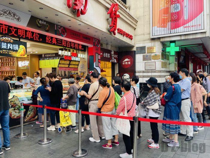 上海南京路歩行街 二店舗三店舗目行列