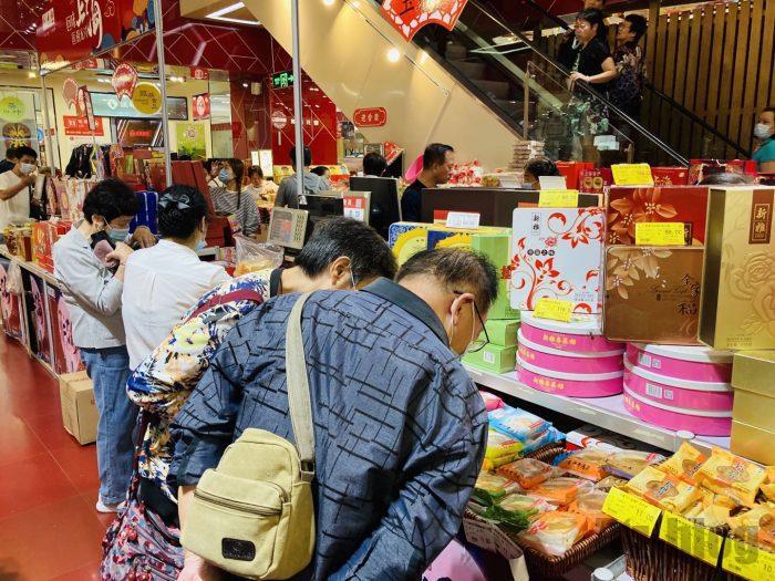 上海南京路歩行街 お土産屋ビル内 月餅を選ぶ夫婦