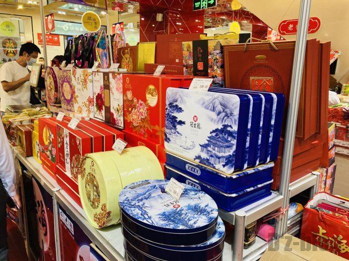 上海南京路歩行街 お土産屋ビル内 月餅ディスプレイ