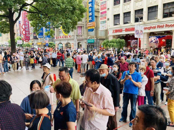上海南京路歩行街 九店舗目月餅店行列