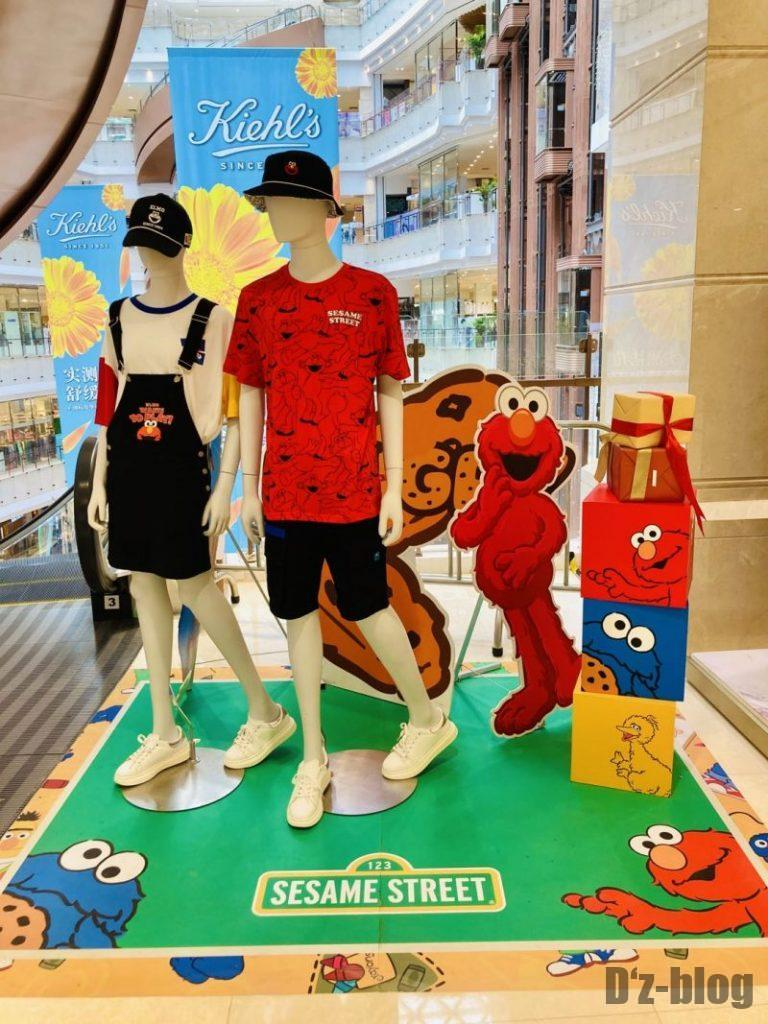 上海新世界大丸百貨店 エスカレーター横ディスプレイ