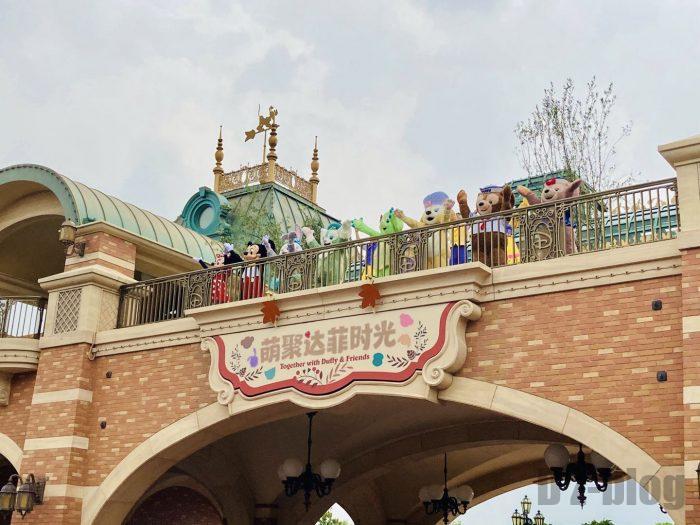 上海ディズニーランド門の上で演出