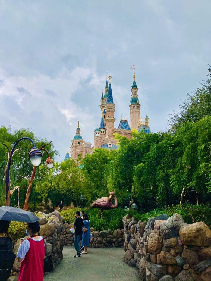 上海ディズニーランド女王の庭から見えるシンデレラ城