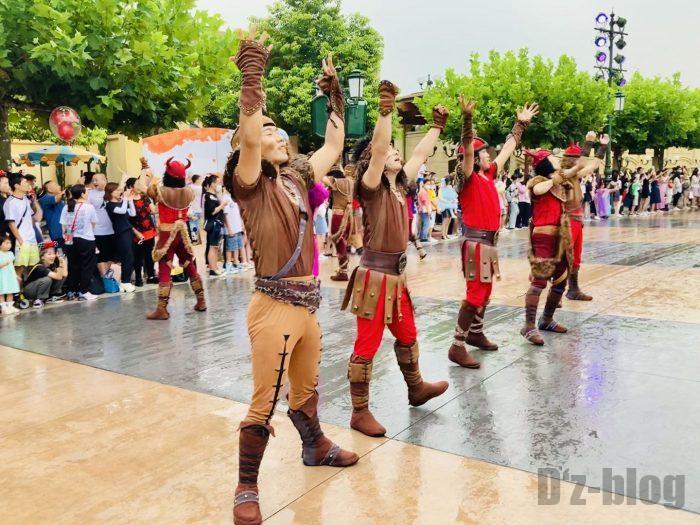 上海ディズニーランド午前パレード踊り子男性