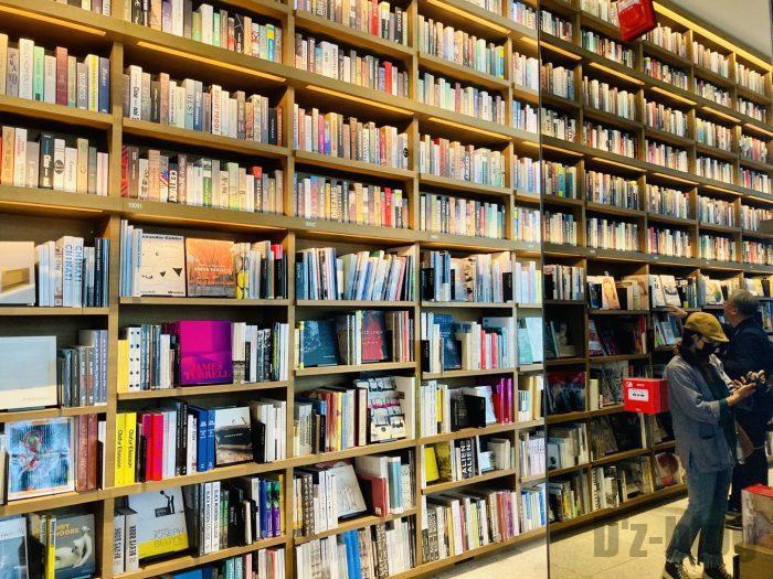 杭州TSUTAYA書店芸術フロア鏡の反射