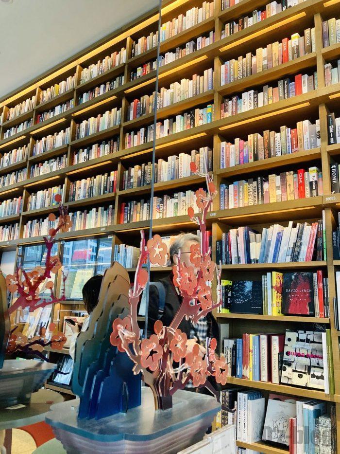 杭州TSUTAYA書店芸術フロア鏡に反射する本棚