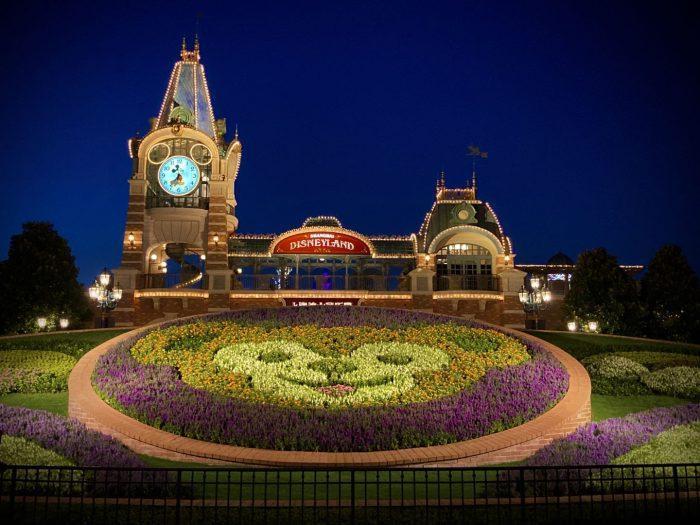上海ディズニーランドミッキー時計台とダッフィー花壇夜景