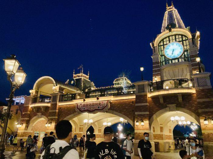 上海ディズニーランド門のライトアップ
