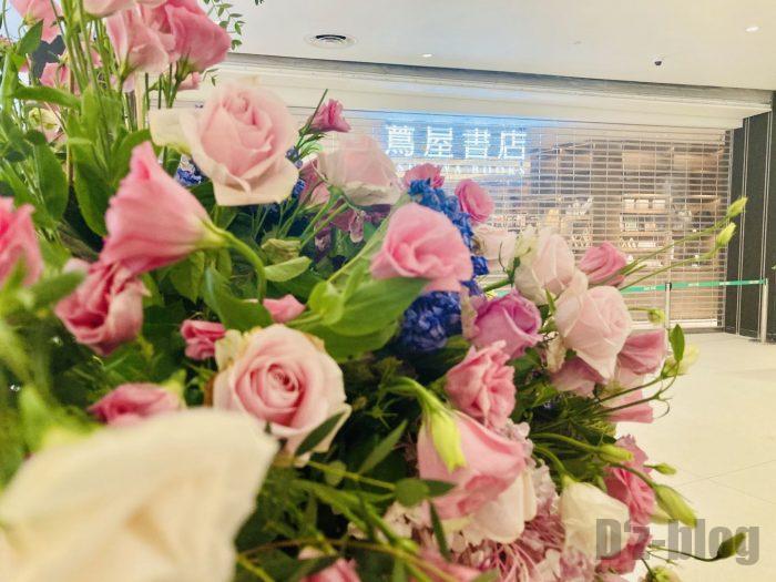 杭州TSUTAYA書店開店前の店舗正面と花束