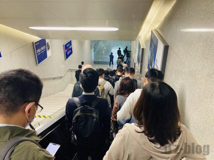 上海高鉄乗り方杭州東口改札へ向かうエスカレーター
