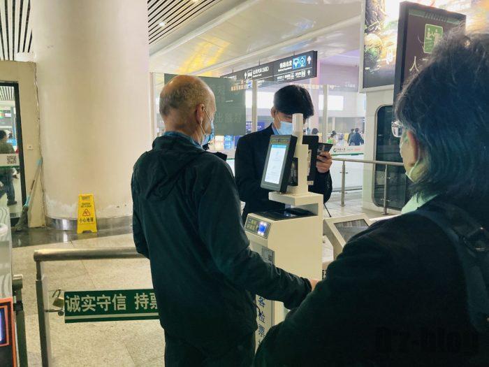 上海高鉄の乗り方杭州外国人が改札を通る様子