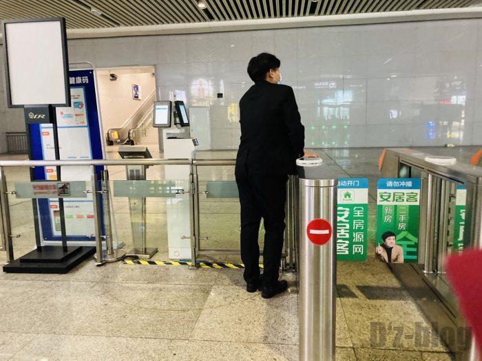 上海高鉄の乗り方杭州改札端で待機をする駅員