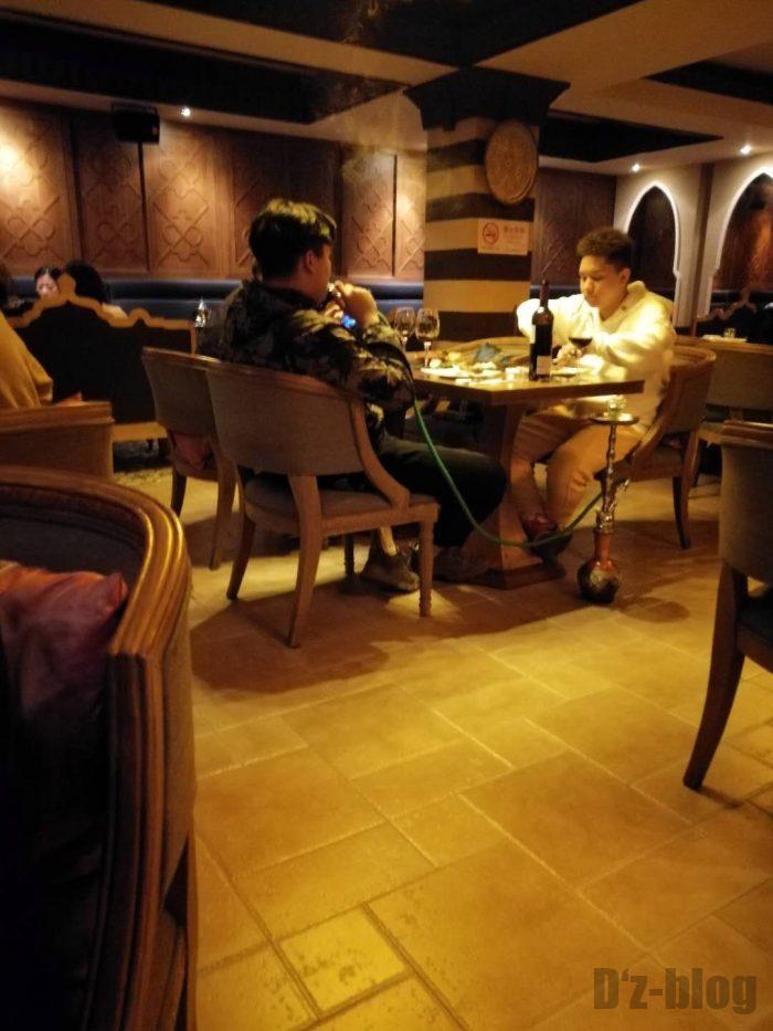 上海Tajine Moroccan水たばこを吸う男性客