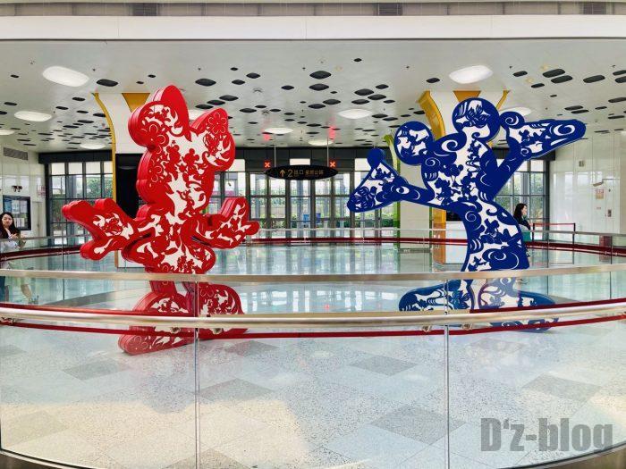 上海ディズニーランド駅構内にあるミッキーミニー