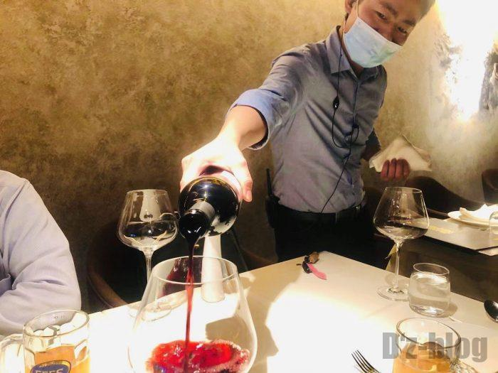 上海PashaTurkishRestaurant赤ワイン注ぐ