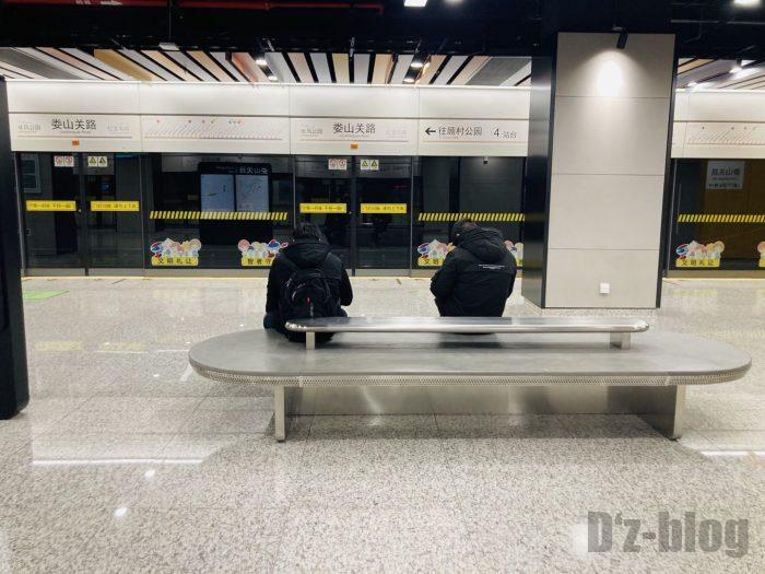 上海地下鉄15号線娄山关路駅ホーム椅子