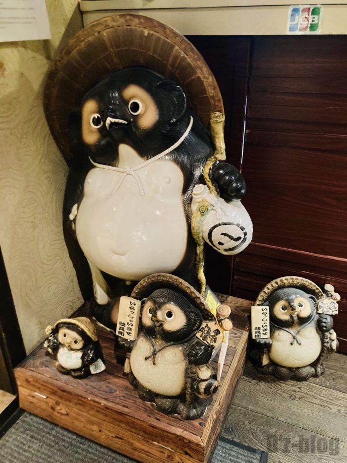 上海紋兵衛本店店内たぬき